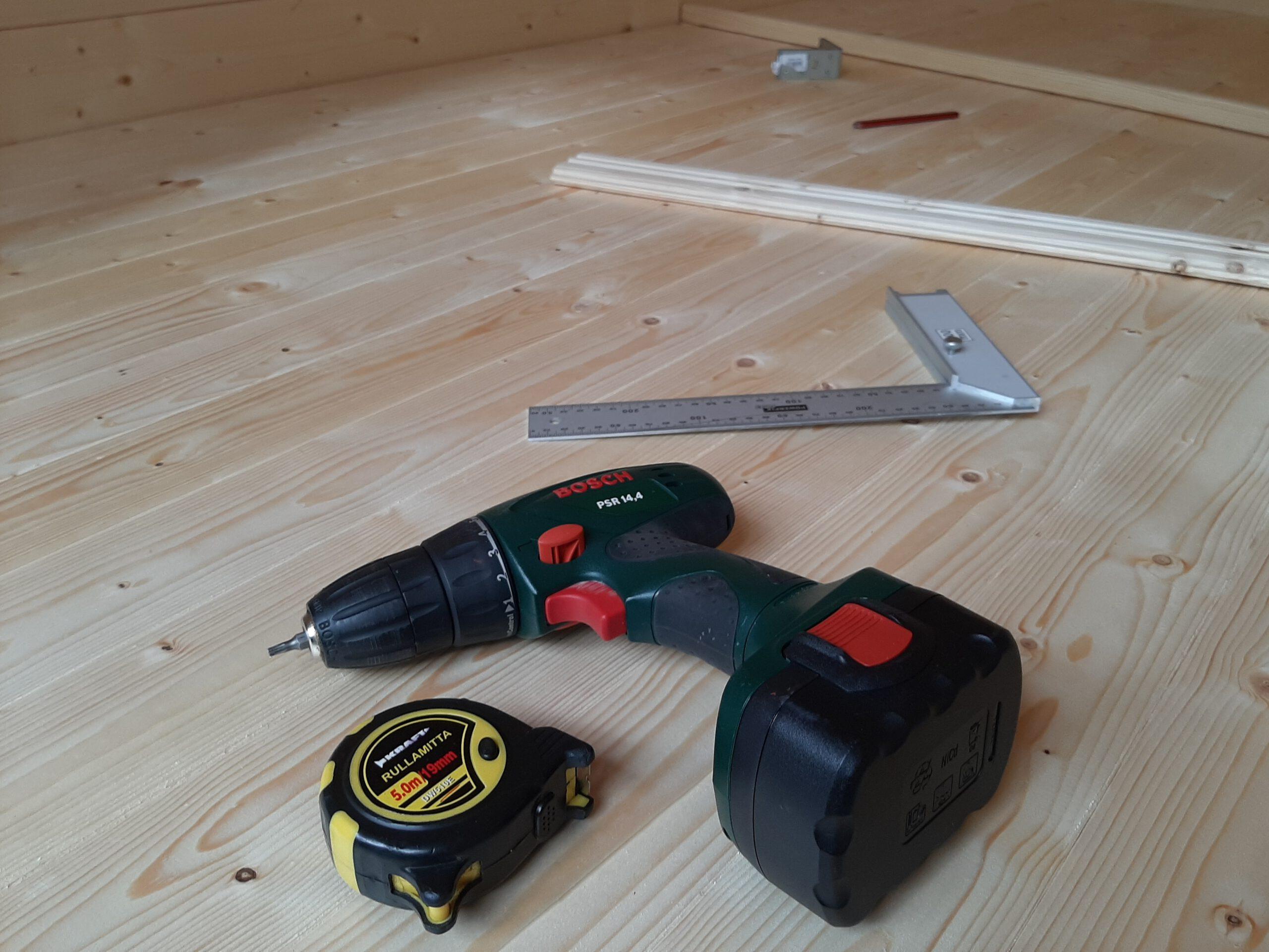 Työkaluja lattialla