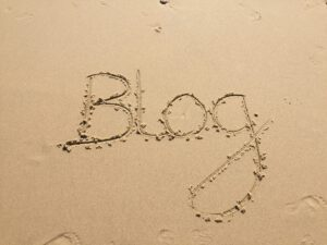 Blogi-teksti kirjoitettuna hiekkaan